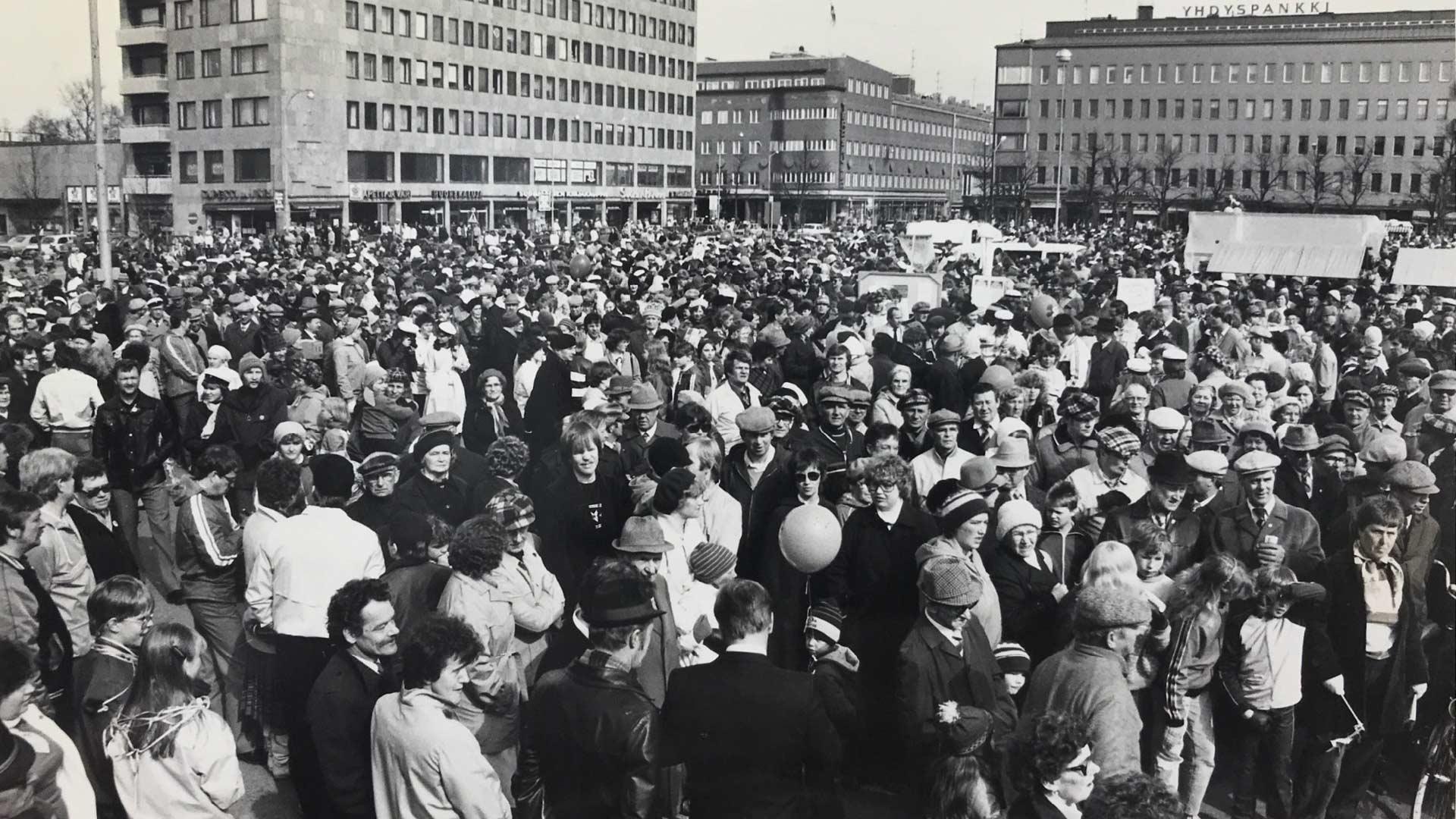 Vappupäivä Joensuun torilla 1982. Kuva PK-museo.