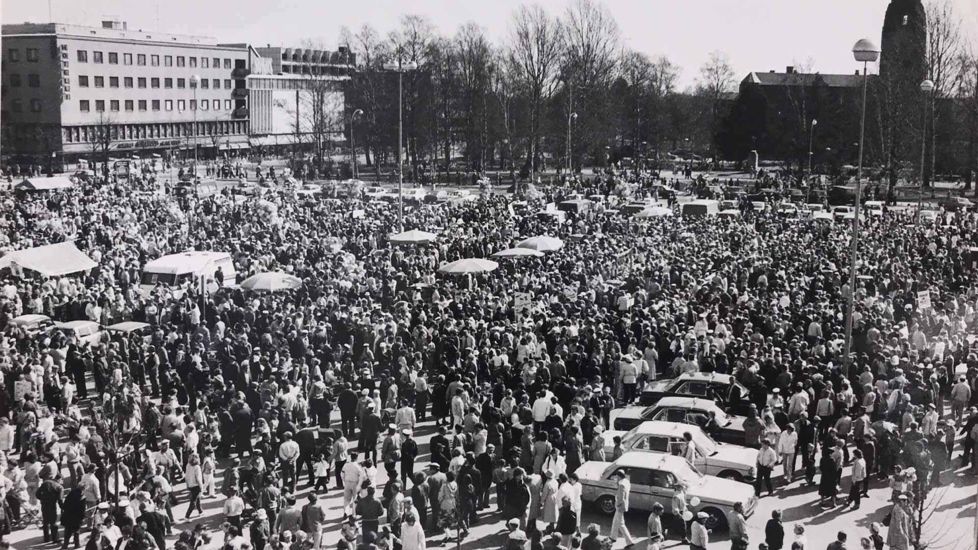 Vappupäivä Joensuun torilla 1984. Kuva PK-museo.